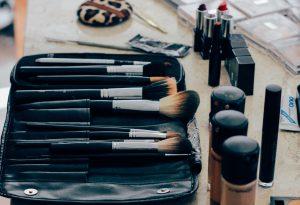 מהם 11 מוצרי האיפור שכל אישה חייבת להחזיק בתיק האיפור שלה