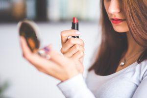 מה הם 11 מוצרי האיפור שכל אישה חייבת להחזיק בתיק האיפור שלה