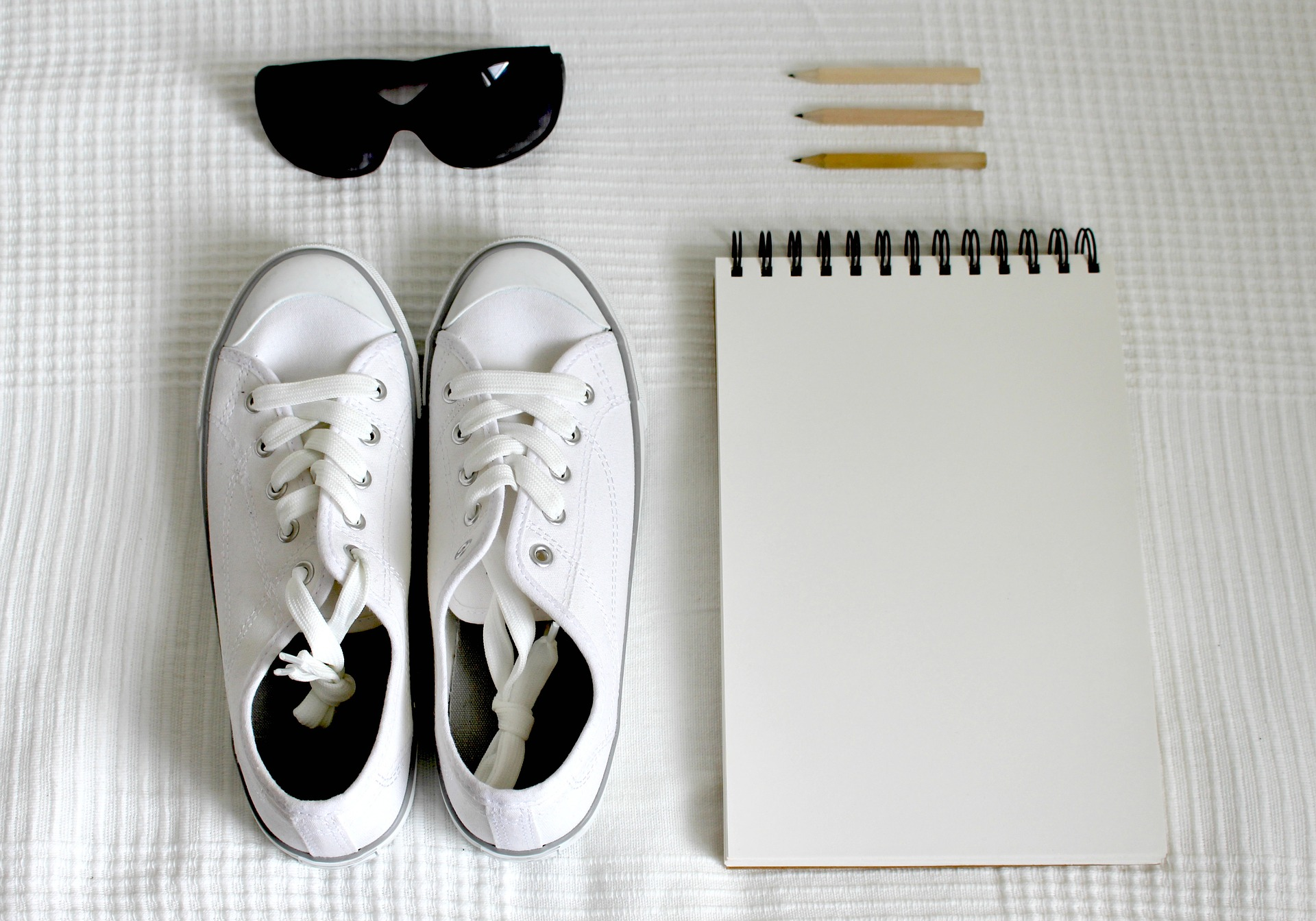 לגזור ולשמור: כללי הברזל לשמירה על נעליים לבנות